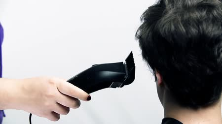 corte de cabelo : Young Man Getting Haircut From Behind Slow Motion