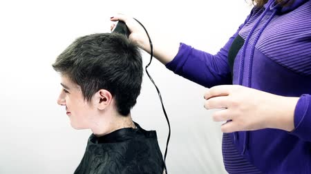 kadeřník : Hairdresser Shortening Boy Hair With Electric Clipper