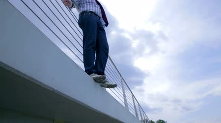zoufalý : Man on Edge of Bridge With Suicide Thoughts of Jumping