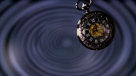 bolso : Old Pocket Watch Swinging in Slow Motion. Antique pocket clock with hypnosis background.