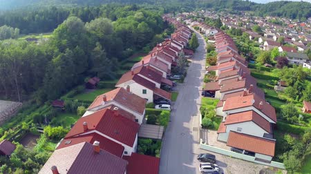 uliczki : Curved Street With Suburban Houses from Aerial. Flying over suburban houses neighborhood at sunset. Wideo