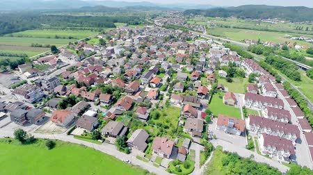 arrabaldes : Aerial shot of small settlement with houses. Small suburban town around Ljubljana city in Slovenia. Vídeos