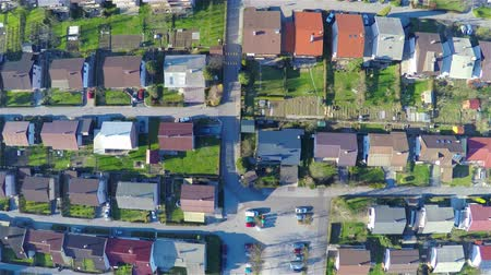 em casa : High aerial view above buildings, only roofs and streets..Lines of homes roofs from air 4K Vídeos