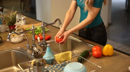 nutrição : Young woman washing vegetables