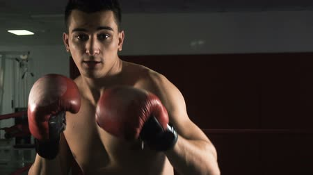 мышцы : Young male sportsman athlete training in boxing gym