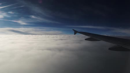 atmosféra : Wing of an airplane passing over clouds at high altitude