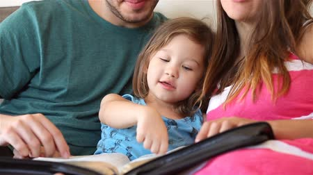 uczenie się : Young family studying the Word of God