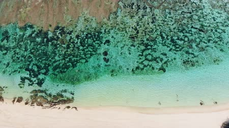 sicília : Tropical beach with turquoise ocean water, aerial video. Top view
