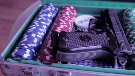 coringa : Poker case with gun