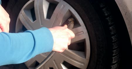 ar : Filling air into car tire, vehicle auto maintenance Stock Footage