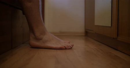 паркет : Male feet getting out of bed and walk Стоковые видеозаписи