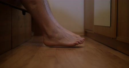 se coucher : Male feet getting out of bed and walk Vidéos Libres De Droits