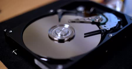 šifrování : Close ups of an open computer hard drive