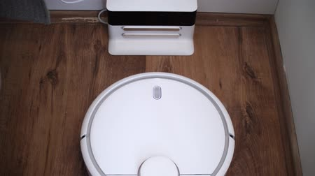 laminát : Robot vacuum cleaner finish cleaning, and coming back to dock station