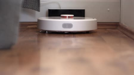 mindennapi : Robot vacuum cleaner starts cleaning