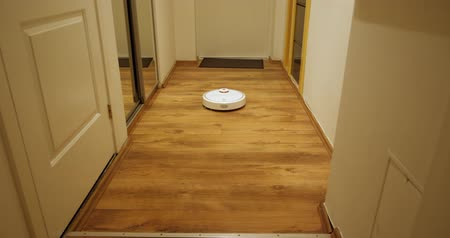 odkurzacz : Robot vacuum cleaner removes the hallway time-lapse Wideo