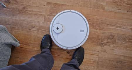 vácuo : Robot Vacuum Cleaner Circles Obstacle Male Feet