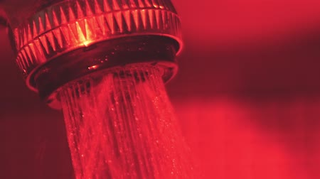 ścieki : Turning on the shower in the red bathroom