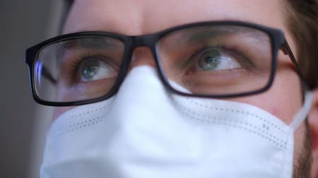 tosse : Coronavirus. Man in mask eyes close up. Pandemic disease. Health problem concept. Epidemic concept. Viruses attack.