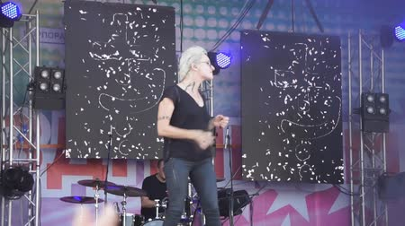 Beautiful blonde sings and dances. Sexy girl, Singer at the concert. sings at the festival. from drive dancing girl with microphone. Russia Berezniki 14 July 2018. Vídeos