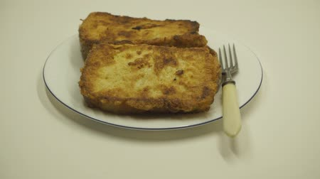 базилика : fry bread slice in oil, closeup. boiling oil while frying bread. Стоковые видеозаписи