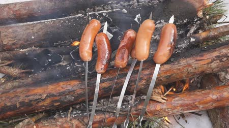 řev : Slow motion Delicious juicy sausages, cooked on the grill with a fire.