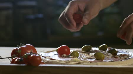 перец чили : Young chef place tomato and olives on pizza HD