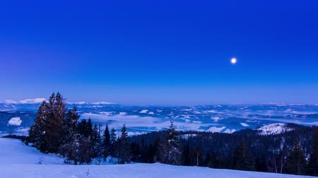 holdfény : Fog moving over the mountain in winter with a star-shaped sky