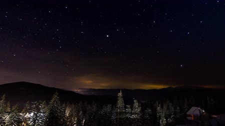 созвездие : Star Timelapse: Stars Moving Above Small House In The Mountains In WInter. Small Shelter In Pine Forest In Ural Mountains, Russia. Стоковые видеозаписи