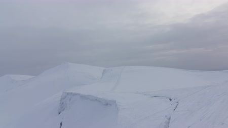 ledovec : Time lapse of clouds running on blue sky over amazing white landscape of high rocky mountains and snowy valley