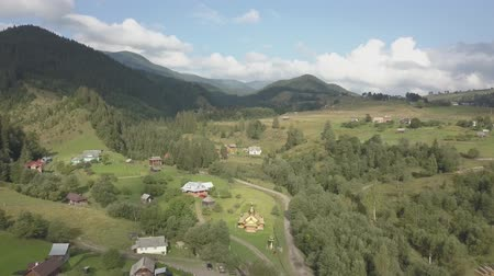 vysílač : Flying other summer carpathian mountains near by Dzembronya village at sunny day, Ukraine Dostupné videozáznamy