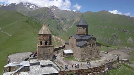 kaukázus : Aerial view of the Holy Trinity Church and the Holy Trinity Church, under Mount Kazbegi, Georgia Stock mozgókép