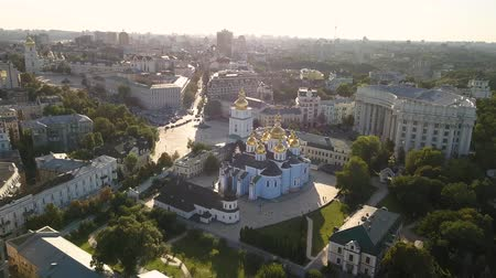 ortodoxia : Golden Domed Cathedral in the center of Kyiv. It is a functioning monastery in Ukraine Stock Footage