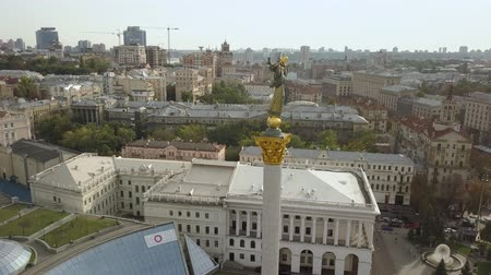 пьедестал : statue of Independence and Liberty on marble in Kiev Popular torurist landmark Maidan of Independence (Maidan Nezalezhnosti) shot from above