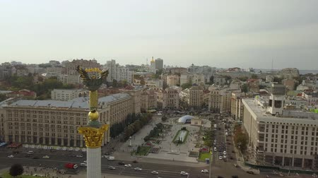 летчик : view on statue of Independence and Liberty on marble Popular torurist landmark Maidan of Independence (Maidan Nezalezhnosti) shot from above Стоковые видеозаписи