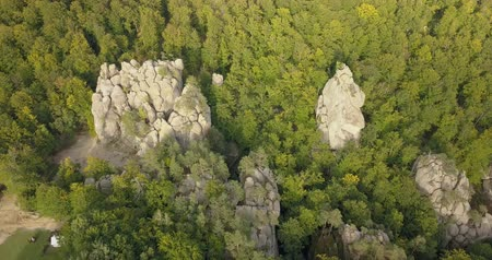 de faia : Aerial view of Dovbush Rocks in Bubnyshche Vídeos