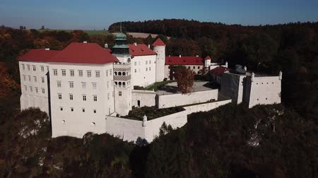 クラクフ : Historic castle Pieskowa Skala near Krakow in Poland. Aerial spectacular view in beautiful autumn