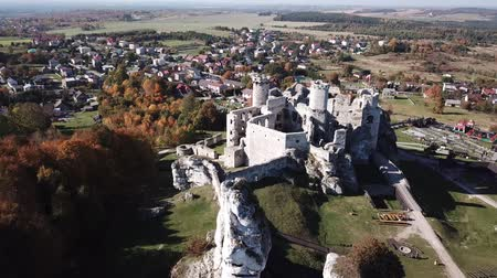 石灰岩 : Aerial view of a medieval castle in Ogrodzieniec, Poland. One of the strongholds called Eagles Nests in Polish Jurassic Highland in Silesia.