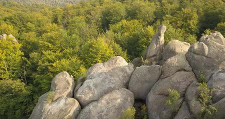 faia : Aerial view to Dovbush Rocks in Bubnyshche at sunrise - a legendary place, the ancient cave monastery in fantastic boulders amidst beautiful scenic forests, popular with tourists and travelers in Eastern Europe and Ukraine Vídeos
