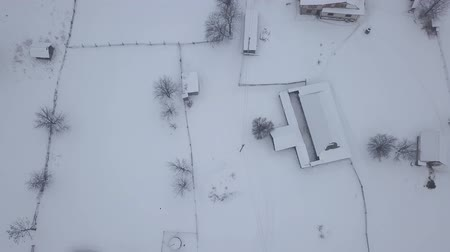 dorpsgezicht : Rustig en gezellig sprookjesachtige dorp Kryvorivnia bedekt met sneeuw in de bergen van de Karpaten, luchtfoto. Typisch landschap in Hutsulshchyna National Park in Oekraïne. Vakantie en wintersport. Stockvideo
