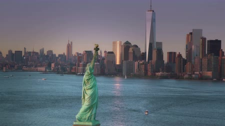 иммиграция : Aerial view of the Statue of Liberty and lower Manhattan