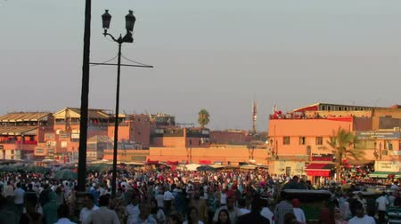базарная площадь : MARRAKESH, MARRAKESH-SAFIMOROCCO - AUGUST 1, 2014: Every day on market square in Marrakech on August 01 Стоковые видеозаписи
