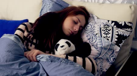 uykuda : Cute young woman sleeping in bed Stok Video