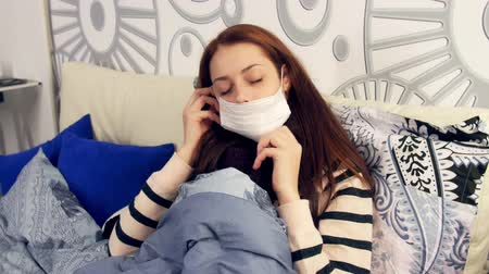 cerrahi : Ill woman putting on surgical mask