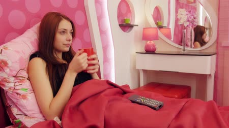 assistindo : Girl watching TV and switch channels in bed Vídeos