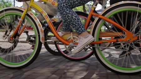 bisiklete binme : Woman feets and pedals of moving bicycle focus in among  another  people cycling Stok Video