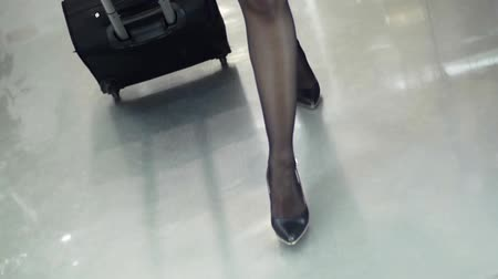 pięta : Woman feets in black shoes on heels runway walk with suitcase. Slow motion Wideo