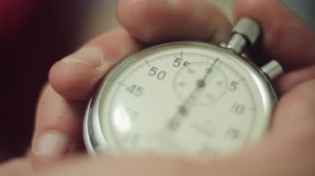 cronômetro : Man hands push button of old round stopwatch. Close up