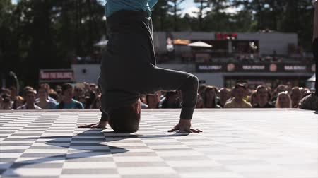 vie : Piccolo breakdancer esegue sul palco. Sumeer fest. Rallentatore.