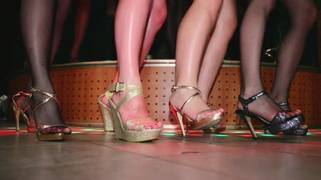 модель : Model feets on high heels synchronously tap on floor. Runway show in nightclub. Стоковые видеозаписи